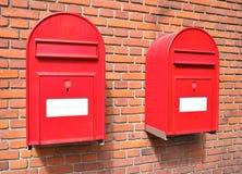 在砖墙上的红色邮件箱子 免版税库存照片