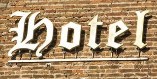 在砖墙上的纹章学字符旅馆标志 佛罗伦萨意大利 库存图片