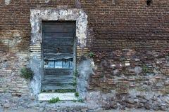 在砖墙上的老木门 右边空间 库存照片
