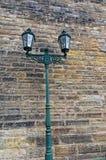 在砖墙上的老灯笼 有两个电灯泡的绿色灯笼 布拉格, Hradcany墙壁城堡 图库摄影