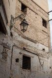 在砖墙上的老灯笼 图库摄影