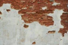 在砖墙上的老被风化的膏药 免版税库存照片