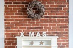 在砖墙上的装饰的圣诞节壁炉 免版税库存照片