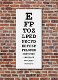 在砖墙上的视力检查表 免版税图库摄影