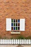 在砖墙上的视窗。 库存图片