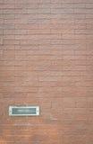 在砖墙上的通风设备 图库摄影