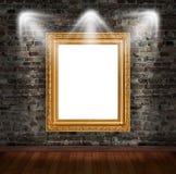 在砖墙上的金框架 免版税库存照片