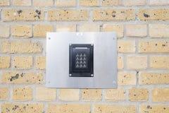 在砖墙上的键盘 免版税库存图片