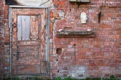在砖墙上的门 免版税图库摄影