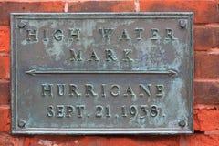 在砖墙上的高水位标志纪念碑 免版税图库摄影