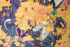 在砖墙上的破裂的街道画 库存图片