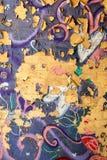 在砖墙上的破裂的街道画 免版税库存照片