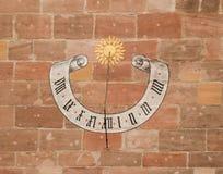 在砖墙上绘的太阳时钟 库存照片