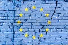 在砖墙上绘的欧盟旗子 欧洲标志联盟 被构造的抽象背景 库存图片