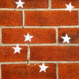 在砖墙上绘的白色星 库存照片