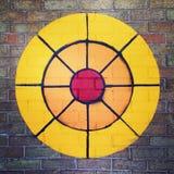 在砖墙上绘的目标射箭 免版税库存照片