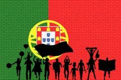 在砖墙前面的葡萄牙支持者剪影有口岸的 库存例证