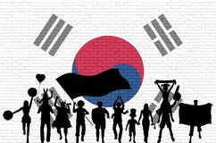 在砖墙前面的韩国支持者剪影有南Ko的 皇族释放例证