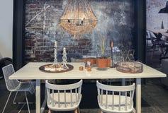 在砖墙前面的饭桌 免版税库存图片