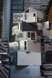 在砖墙旁边的转储垃圾 图库摄影