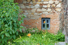 在砖墙的小的视窗 免版税库存照片