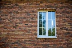 在砖墙的窗口 免版税库存照片