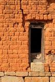 在砖墙的窗架 免版税库存照片