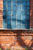 在砖墙的老打破的大块玻璃 图库摄影