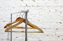 在砖墙的背景的挂衣架托架 免版税库存照片