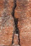 在砖墙的裂缝 免版税库存照片