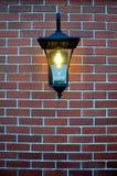 在砖墙的黑金属灯有上升的 库存图片