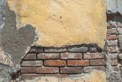 在砖墙纹理背景的老切削的膏药 免版税库存照片