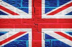 在砖墙纹理背景绘的英国旗子 库存图片