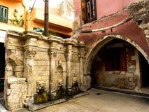 在砖墙罗希姆诺的古老饮水机 免版税库存照片