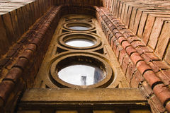 在砖墙老窗口的难看的东西木窗口在砖墙上 免版税库存图片