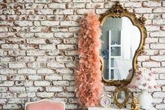 在砖墙背景和蟒蛇的镜子 库存图片