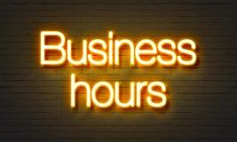 在砖墙背景的企业霓虹灯广告 免版税库存图片
