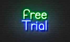在砖墙背景的免费试用霓虹灯广告 免版税库存图片
