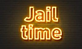 在砖墙背景的刑期霓虹灯广告 库存照片