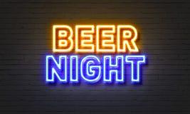 在砖墙背景的啤酒夜霓虹灯广告 免版税图库摄影