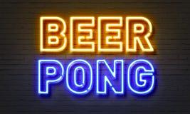 在砖墙背景的啤酒pong霓虹灯广告 图库摄影