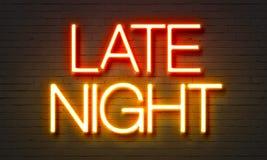 在砖墙背景的夜间霓虹灯广告 库存图片