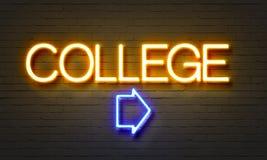 在砖墙背景的学院霓虹灯广告 库存图片