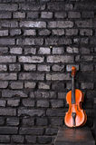 在砖墙背景的小提琴文本音乐的 免版税库存图片