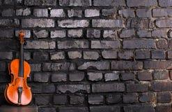 在砖墙背景的小提琴文本音乐的 免版税库存照片