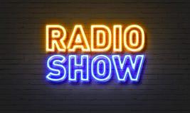 在砖墙背景的广播节目霓虹灯广告 免版税库存照片