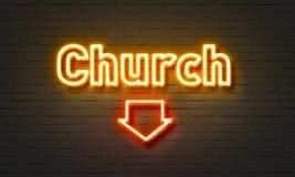 在砖墙背景的教会霓虹灯广告 免版税库存图片