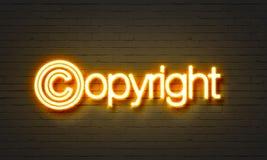 在砖墙背景的版权霓虹灯广告 库存图片