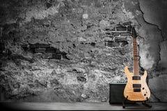 在砖墙背景的电吉他 库存照片