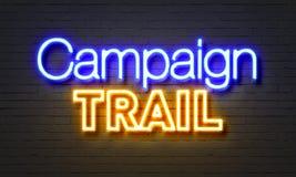 在砖墙背景的竞选游说霓虹灯广告 图库摄影
